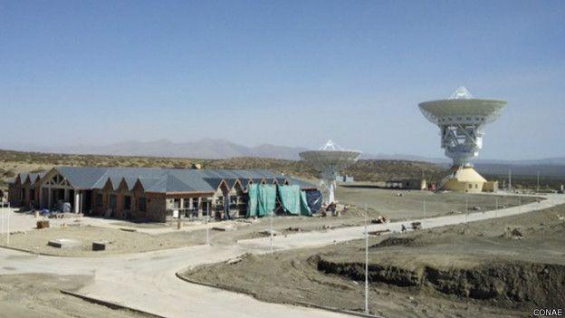 La gigantesca antena se impone dentro de la base espacial china