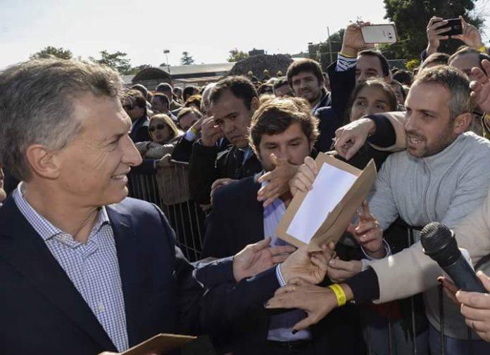 Marcelo Ditinis entrega la propuesta del billete tucumano
