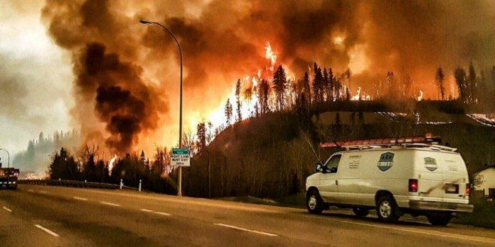 Por el feroz incendio, ya fueron evacuados los 88.000 habitantes de Fort McMurray.