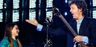 Paul McCartney con Leila en el escenario