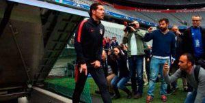 Diego Simeone y sus cábalas al ingresar al campo de juego,