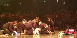 """Uno de los acróbatas se cayó mientras realizaba una performance en el espectáculo """"Kooza""""."""