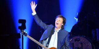 Paul McCartney y su particular saludo ante un estadio lleno en la provincia de Córdoba.
