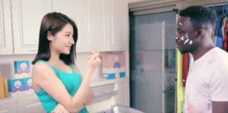 Em China, un aviso publicitario de polvo de lavar causó furia en la gente por su contenido racista.