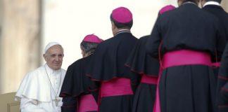 El Papa Francisco con obispos en el Vaticano