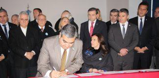 Alfaro firma su compromiso contra la corrupción y la pobreza