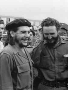 Fidel Castro junto al Che durante los inicios de la Revolución cubana