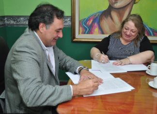 El-intendente-de-Las-Talitas-Carlos-Najar-firma-el-convenio-de-comodato-con-la-titular-del-Pami