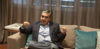 El-intendente-Germán-Alfaro-haciendo-señas-con-las-manitos