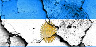 Bandera-Argentina-rota-por-las-grietas