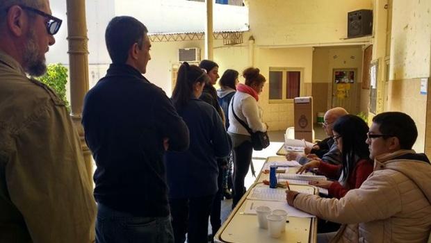 Gente-votando-en-las-elecciones.