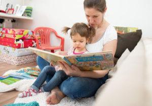 Madre-leyendo-con-su-hija