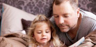 Padre-leyendo-con-su-hija